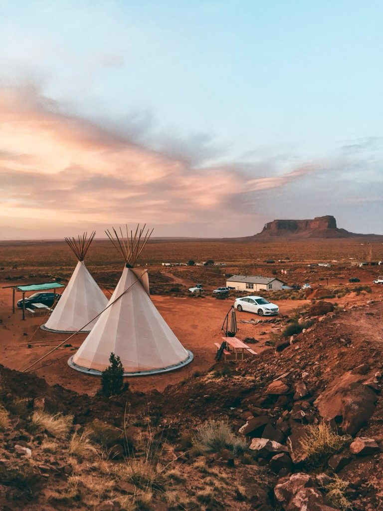 Dormire in una tenda indiana nella Monument Valley-panoramica-tipi