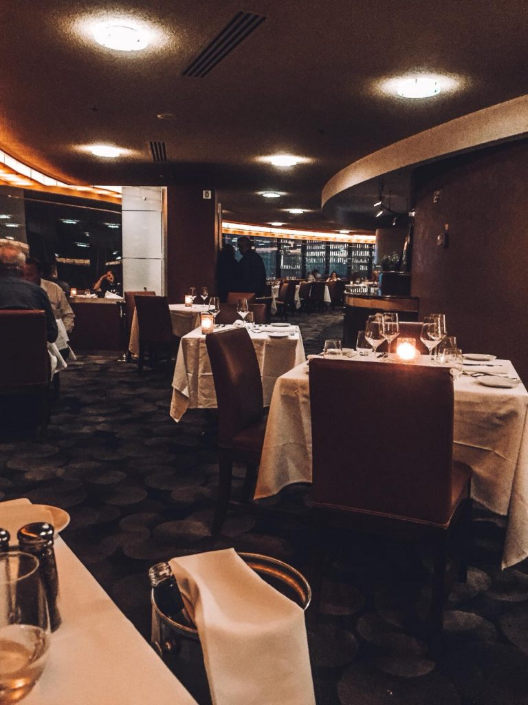 mangiare in un ristorante rotante-the-view-new-york