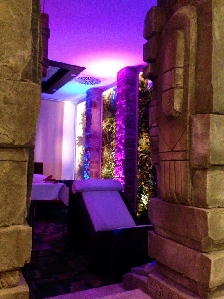 Motel K-colonne azteche-piante-sdraio