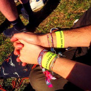 braccialetti-leeds festival-attesa-nel-parco