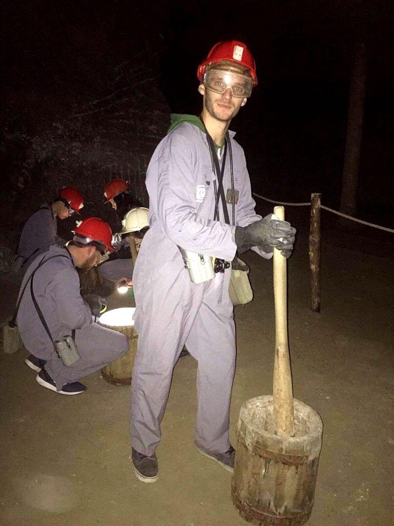 percorso minerario a cracovia-rompere-il-sale-nella-miniera