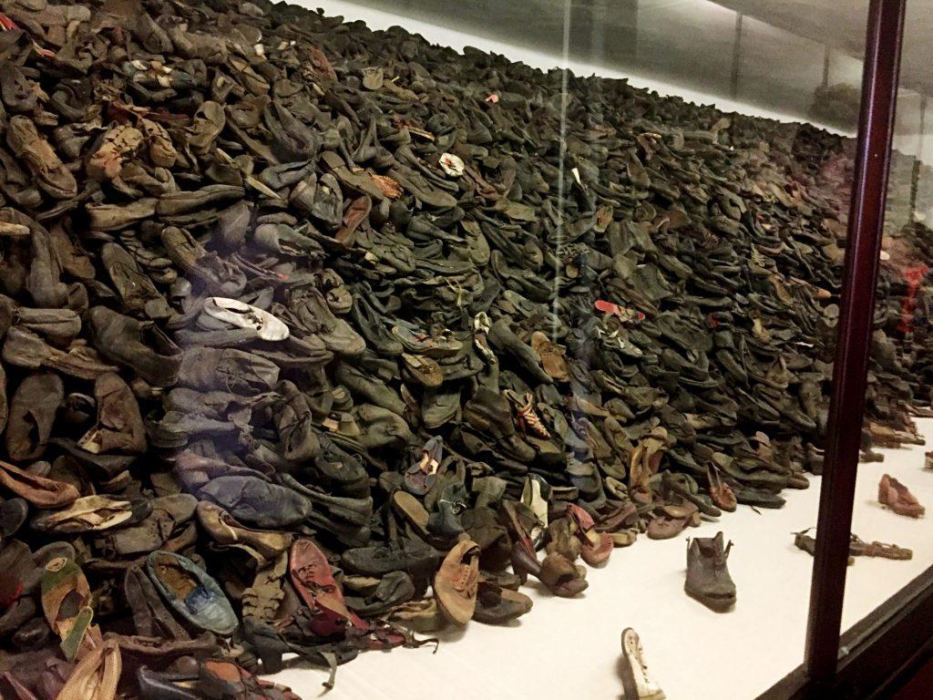 visita ai campi di concentramento di Auschwitz e Birkenau-scarpe-dei-detenuti