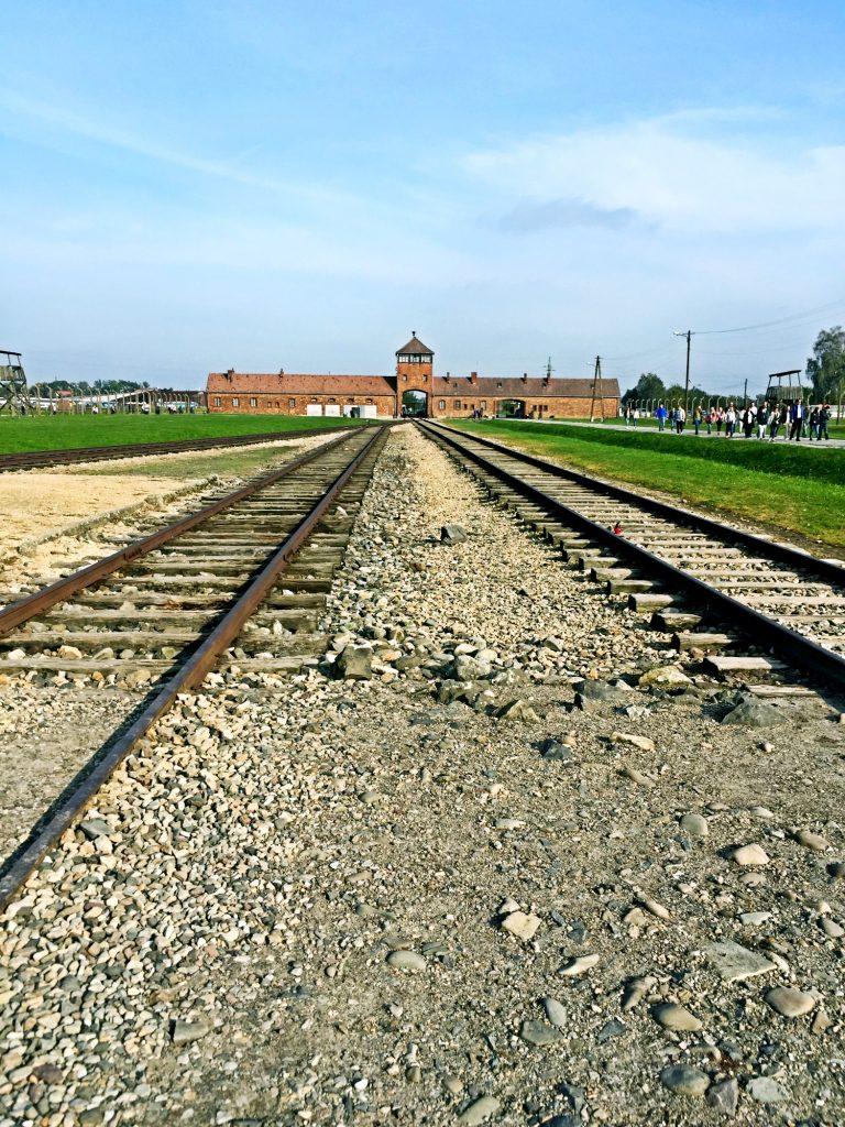 visita ai campi di concentramento di Auschwitz e Birkenau-rotaia-di-birkenau