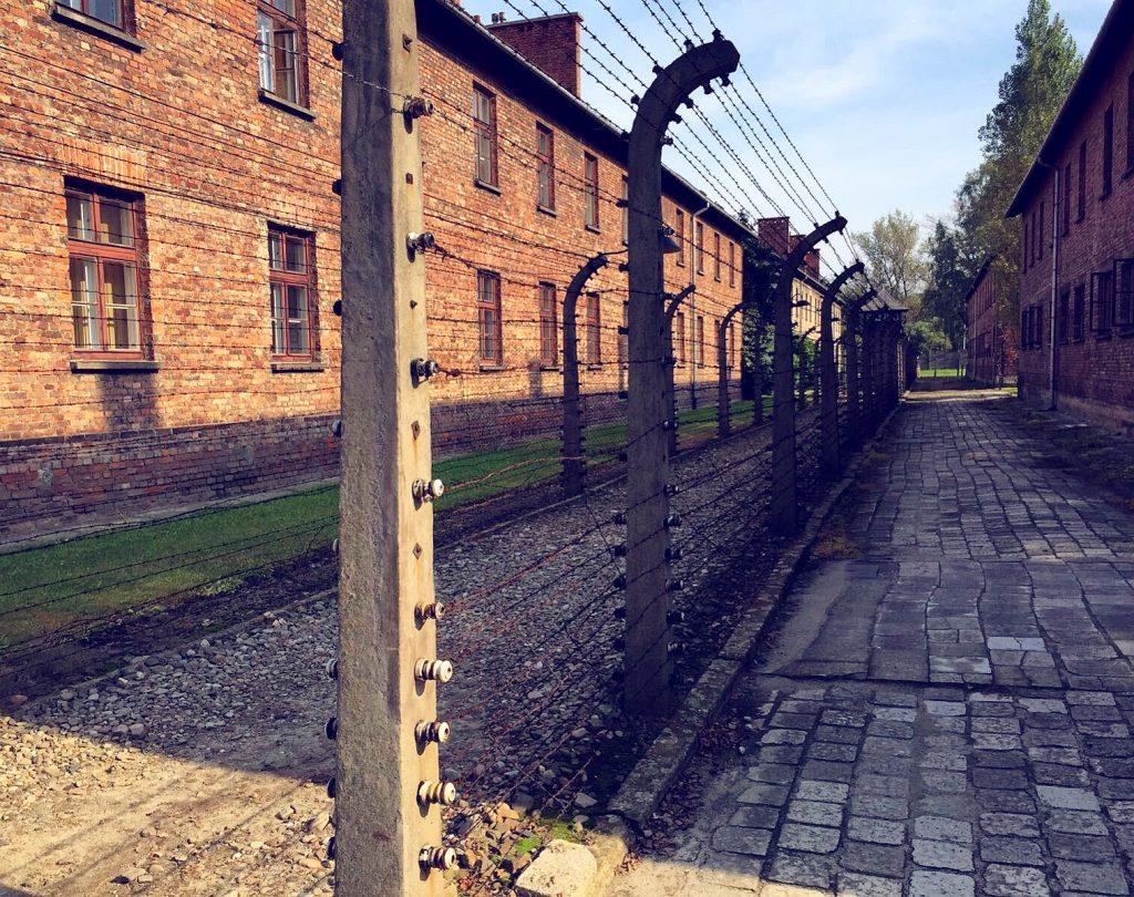 visita ai campi di concentramento di Auschwitz e Birkenau-edifici-con-filo-spinato
