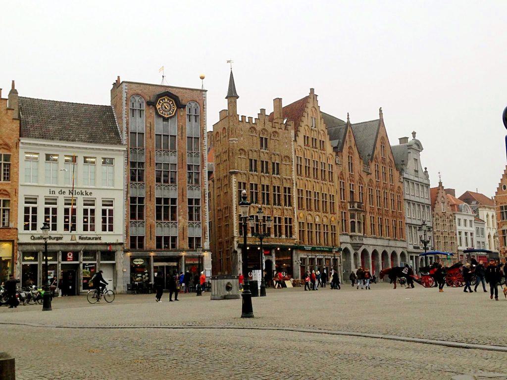 7 cose da fare a Bruges in un giorno-palazzi-piazza