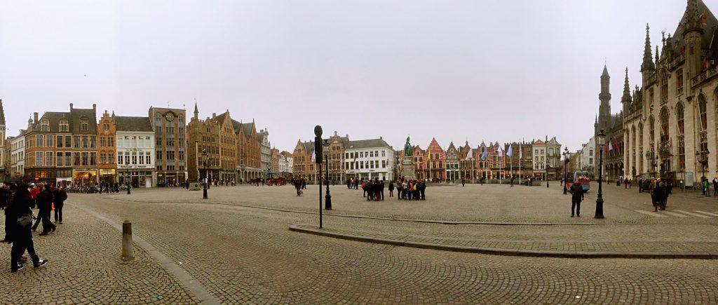 7 cose da fare a Bruges in un giorno-panoramica-piazza-del-mercato