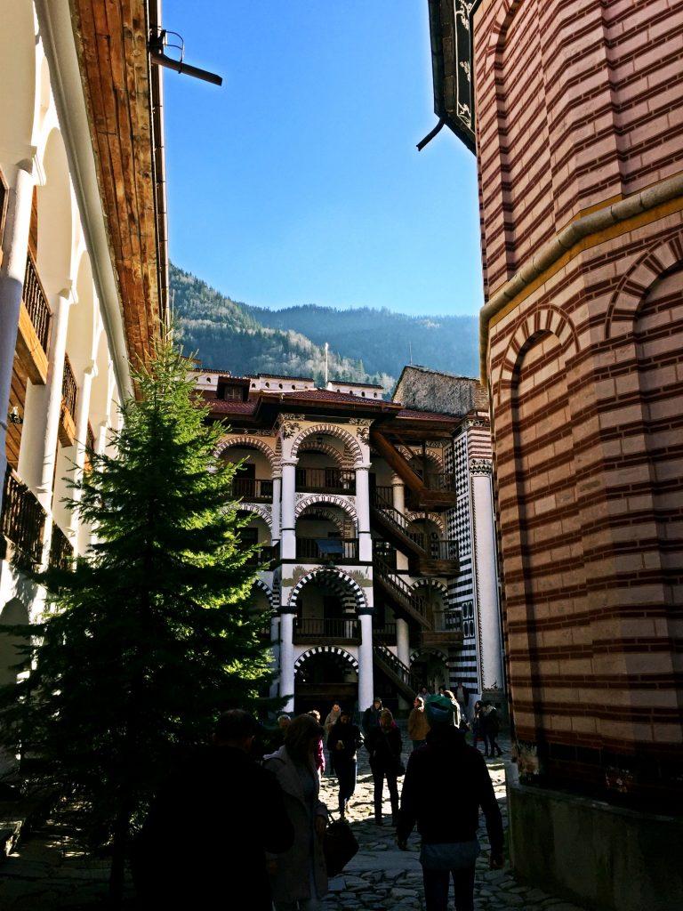 monastero di rila-scorcio-monastero e bosco
