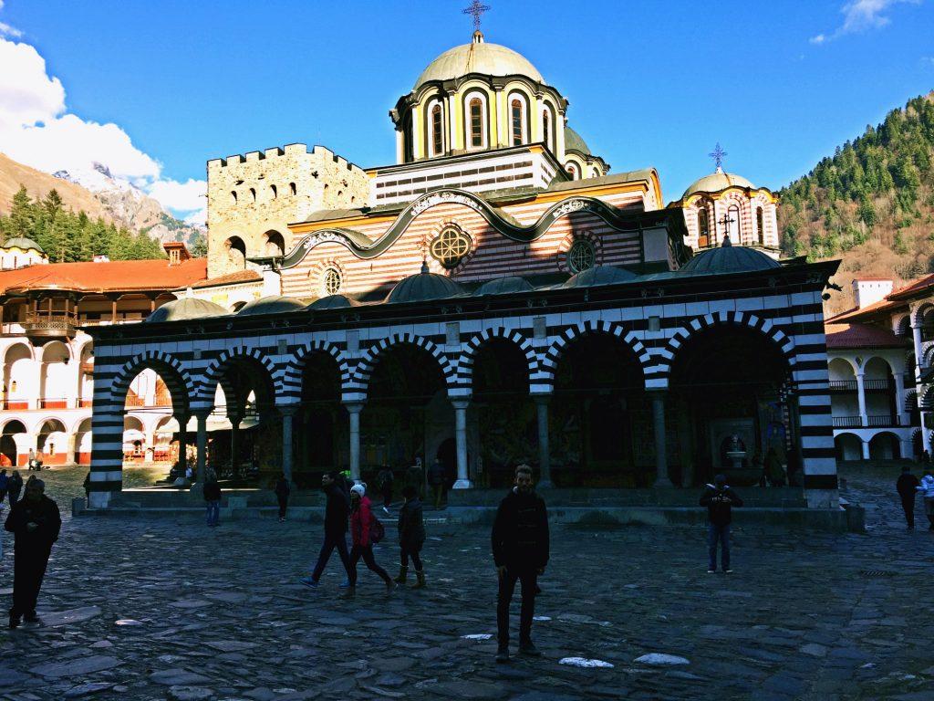 monastero di rila-io-davanti-al-monastero