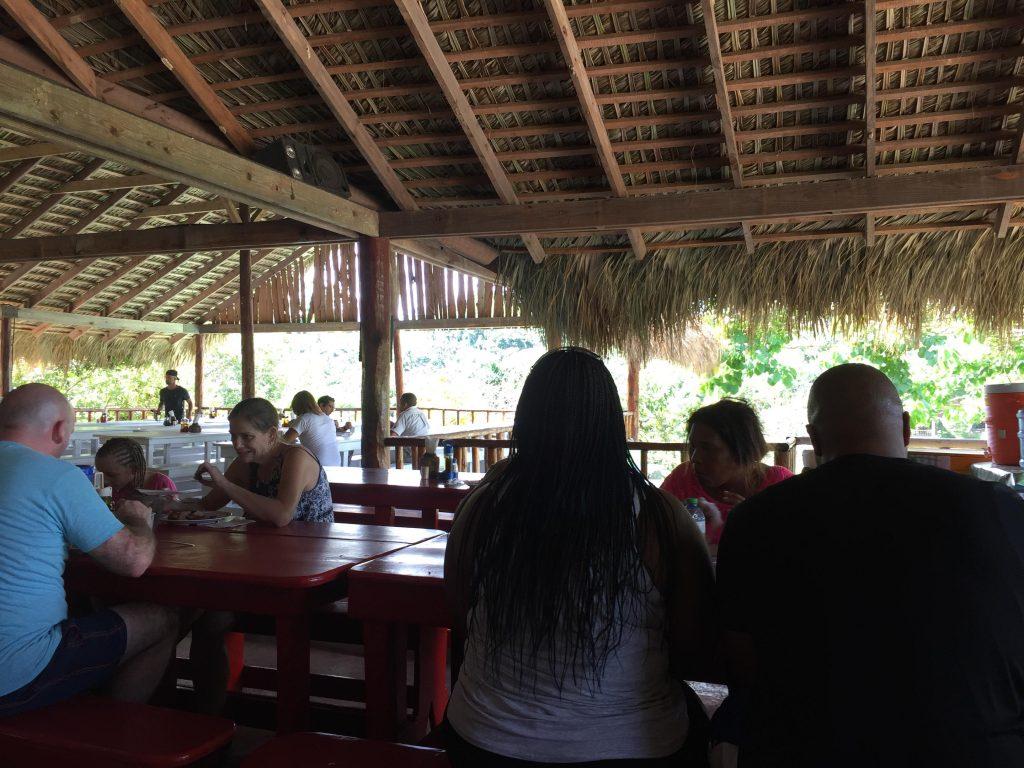 monkeyland a punta cana-capannone-per-pranzo