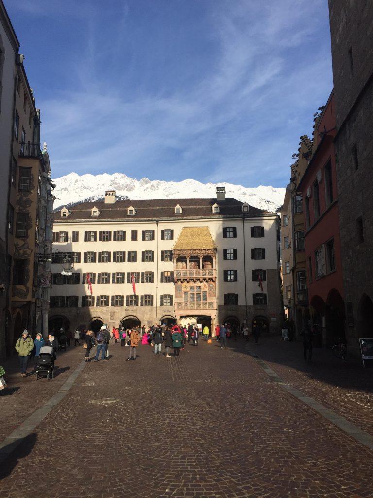 cosa fare a Innsbruck in un giorno-tettuccio-d'oro-in-lontananza