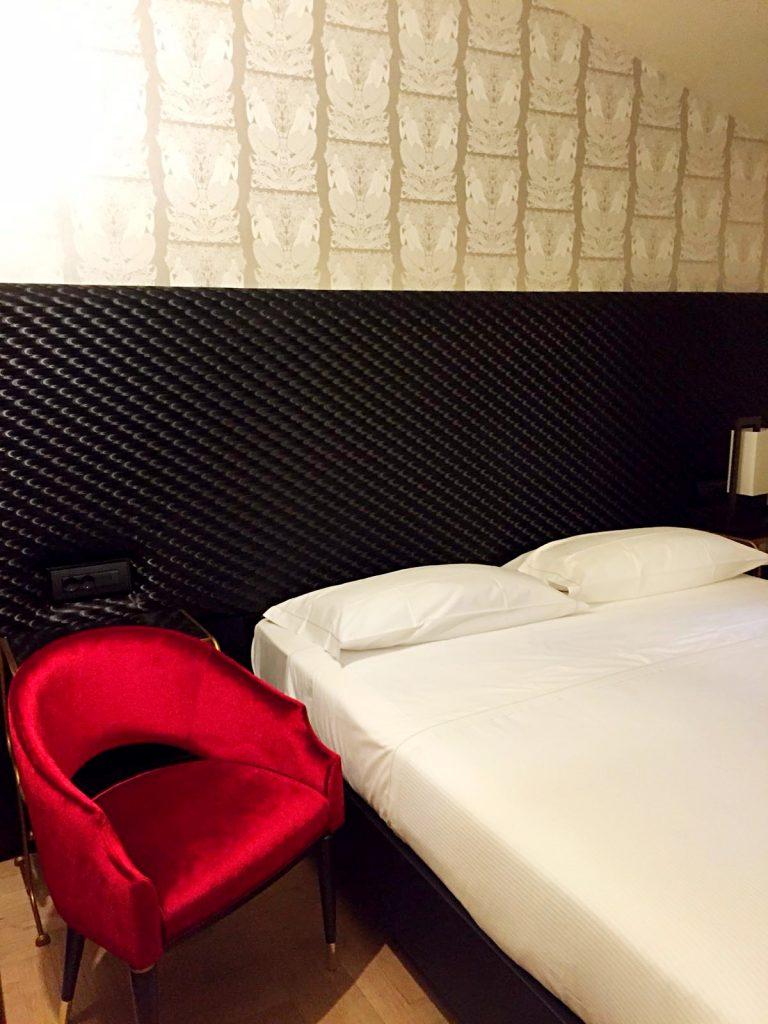 hotel verdi-camera-parete-argento