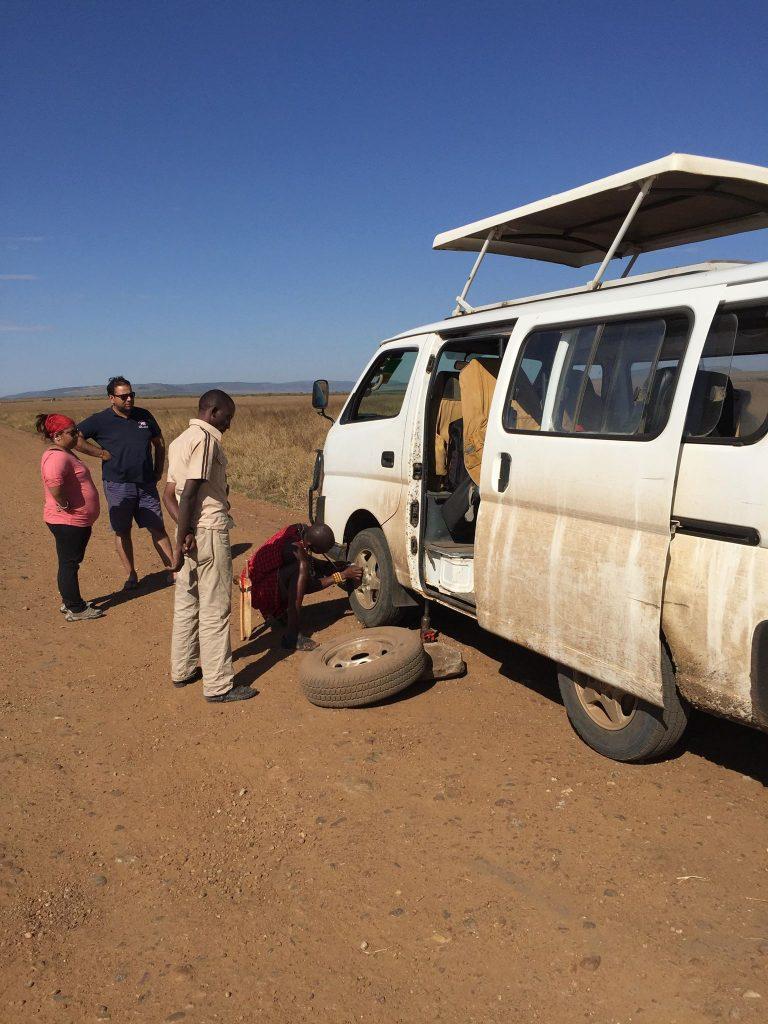 come organizzare un safari in kenya-ruota-forata-savana