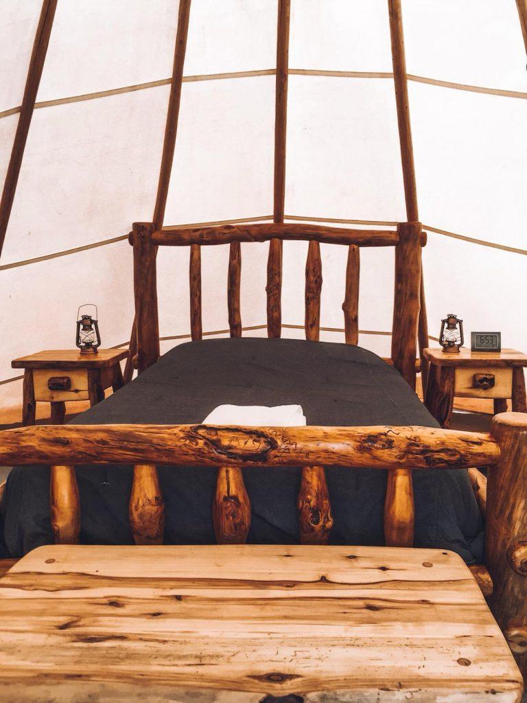 Dormire in una tenda indiana nella Monument Valley-letto
