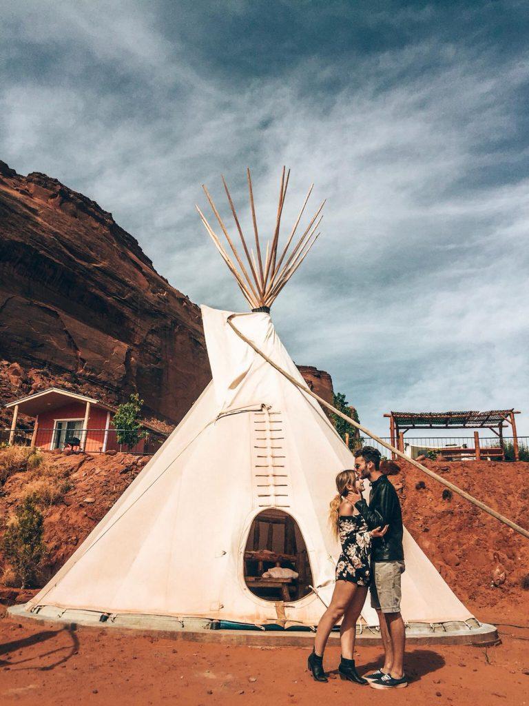 Dormire in una tenda indiana nella Monument Valley-esterno