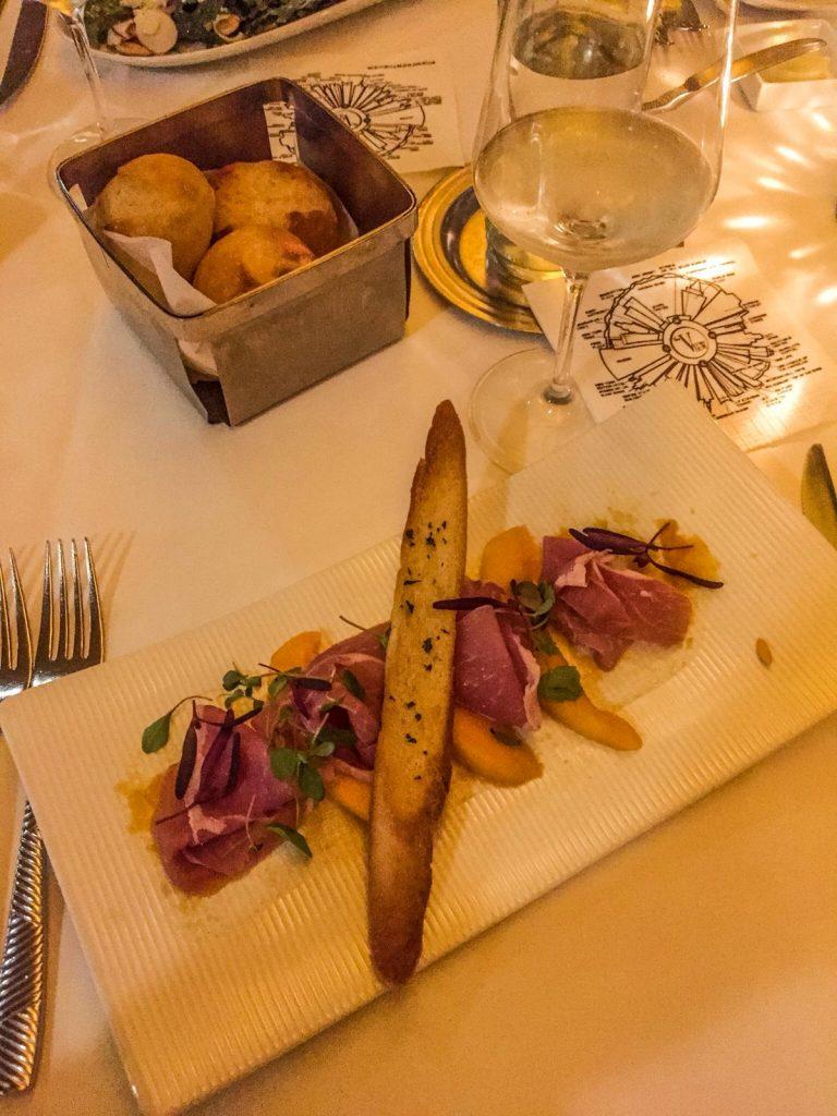 mangiare in un ristorante rotante-rivisitazione-prosciutto-melone
