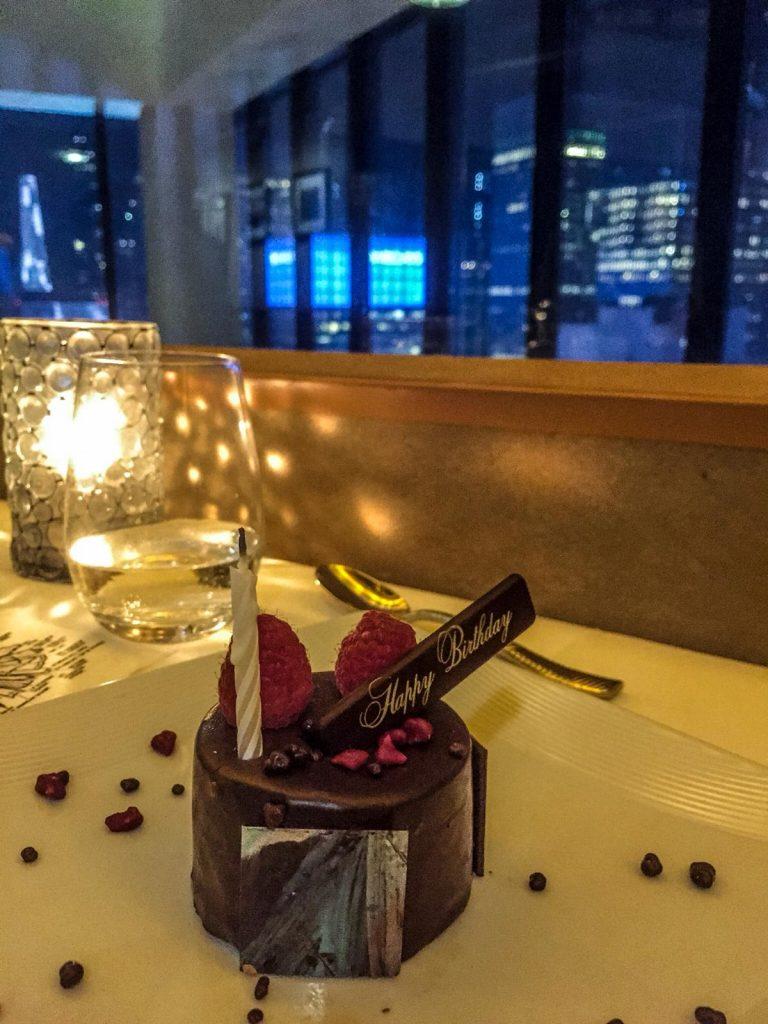 mangiare in un ristorante rotante-dessert