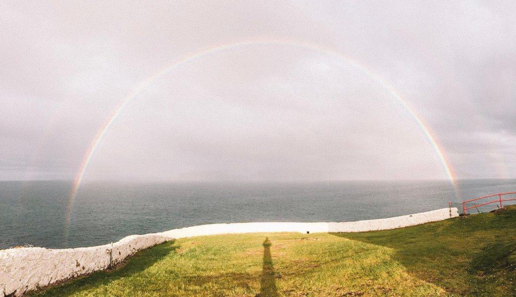 dormire in un faro in Irlanda-arcobaleno-completo-faro