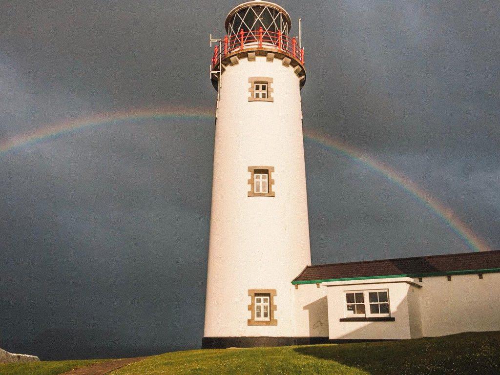 dormire in un faro in Irlanda-arcobaleno-faro