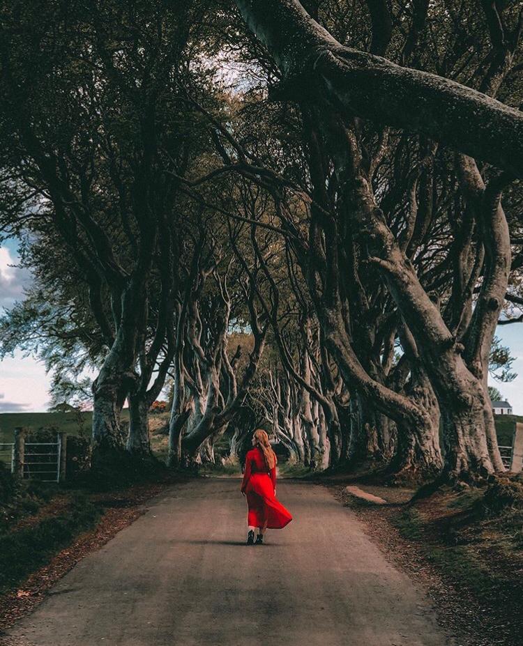 The Dark Hedges-sara-vestito-rosso