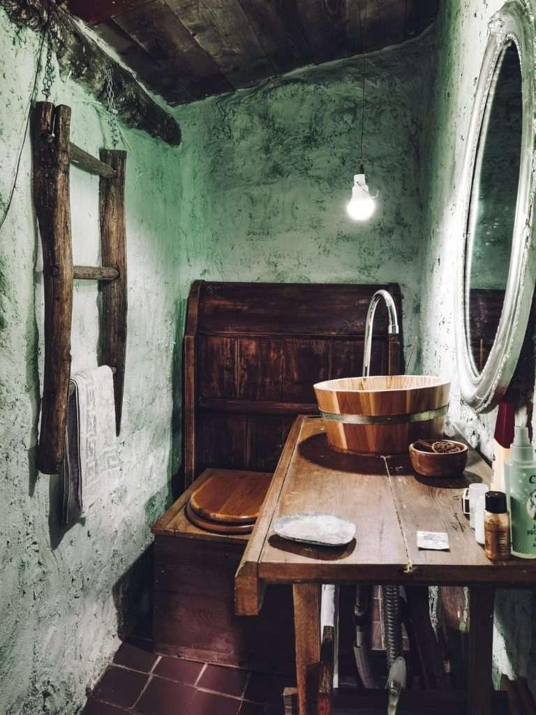 casa hobbit in Italia-bagno