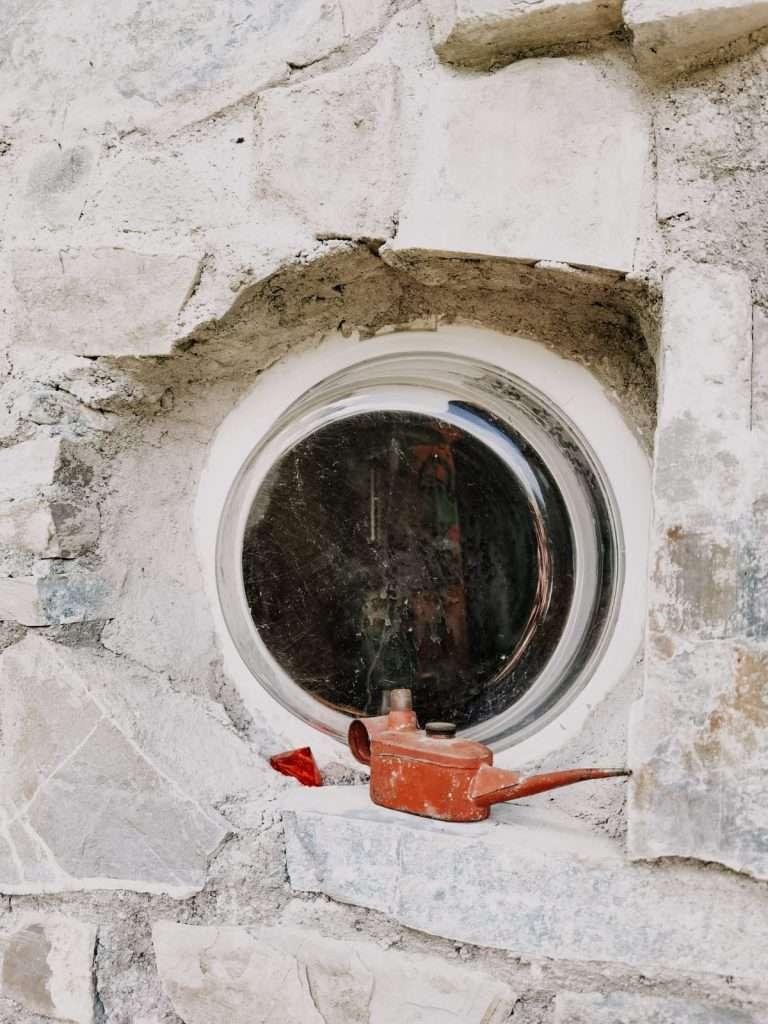 casa hobbit in Italia-dettaglio-oblo-finestra