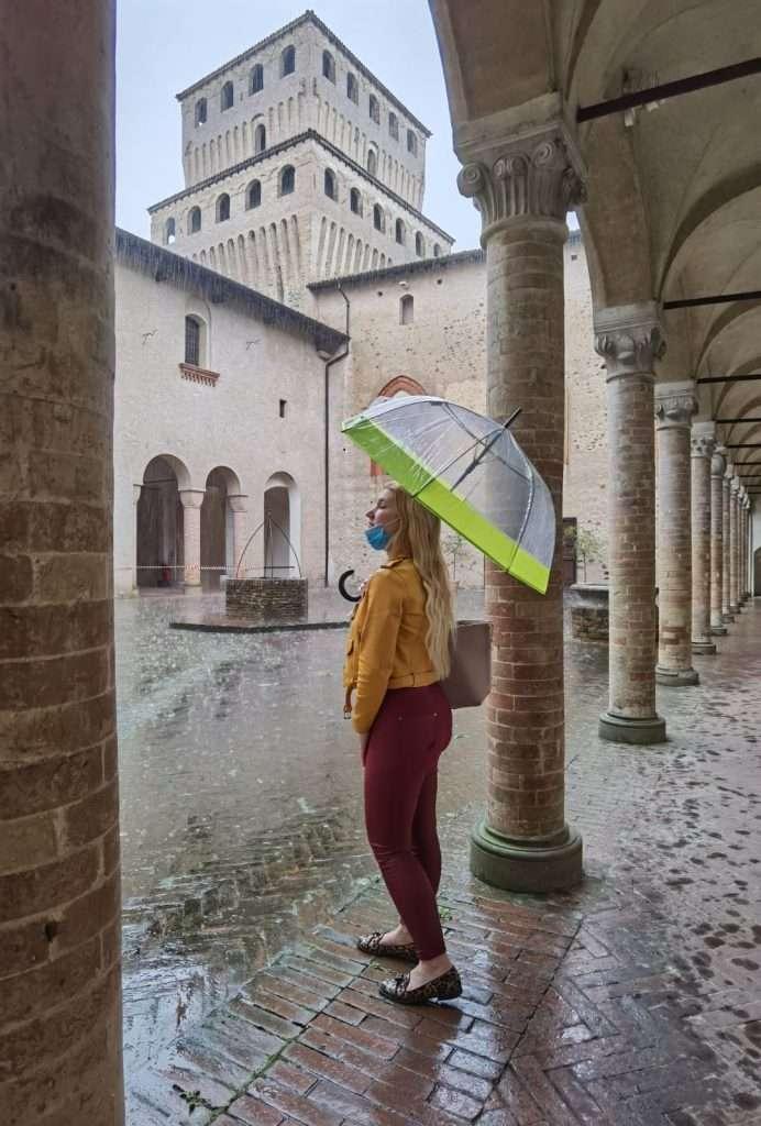 visita al castello di torrechiara-sara-chiostro