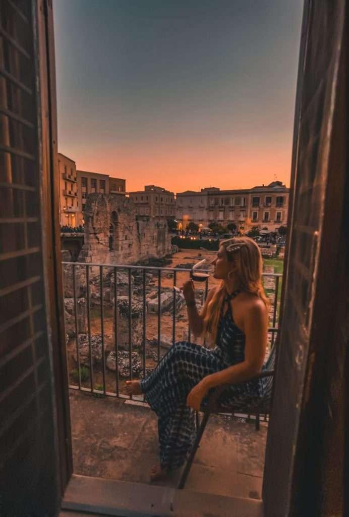 dormire davanti a un tempio greco-tramonto
