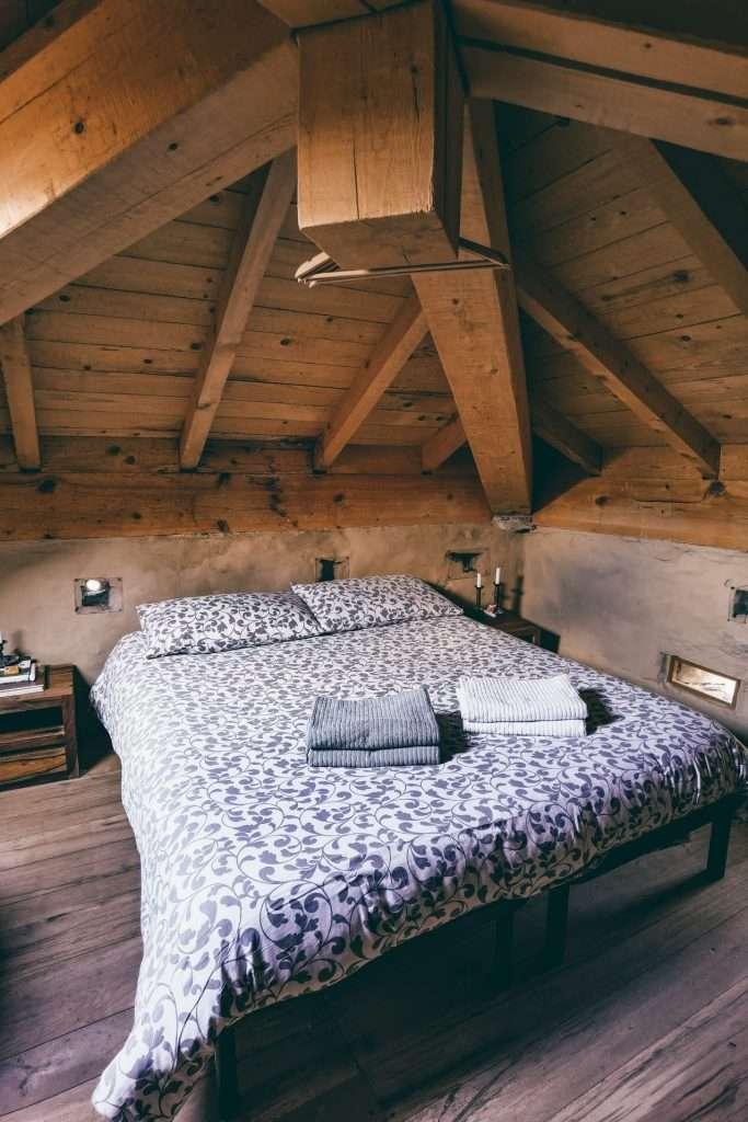dormire in una torre medievale-camera-letto