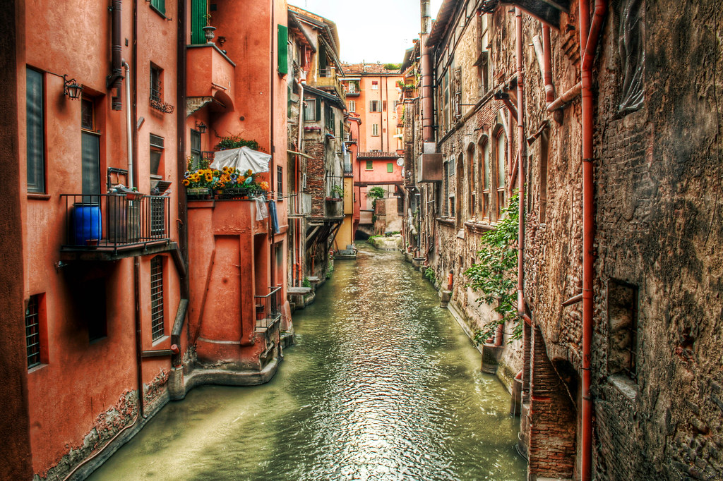 sette segreti di Bologna-finestrella-via-piella