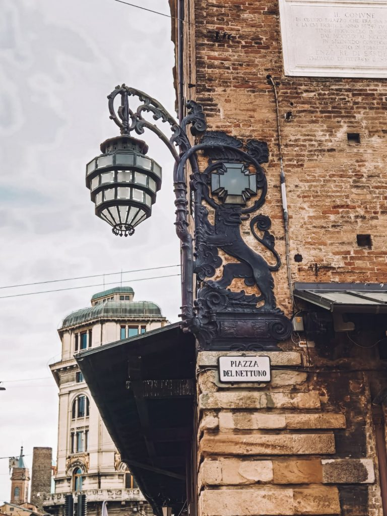 Bologna insolita-lampione-nascite